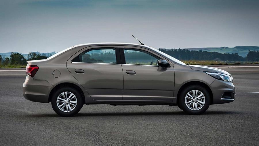 Assim como os retrovisores, as maçanetas do Chevrolet Cobalt 2018 também são da mesma cor do veículo em todas as versões.