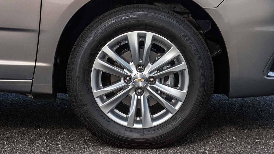 As rodas do Chevrolet Cobalt 2018 são em alumínio e aro 15 polegadas.