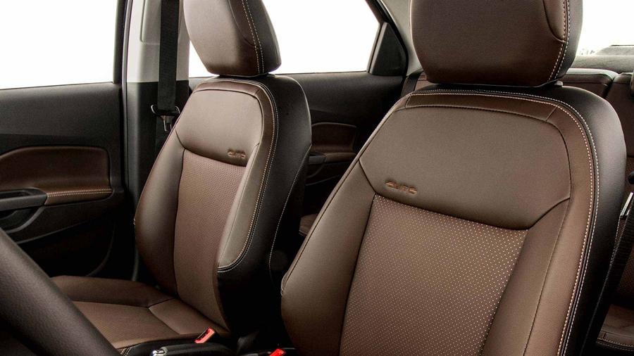 Além da beleza, também provê muito conforto com os encostos de cabeça dos bancos dianteiros e ajustes de altura.