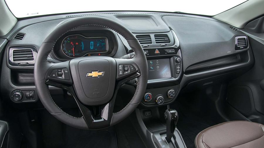 Controle das funções de áudio e telefone direto no volante.