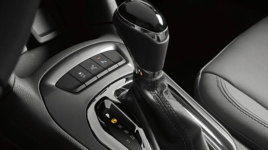 """Transmissão automática de seis velocidades com opção de troca manual de marchas """"Active Select"""""""