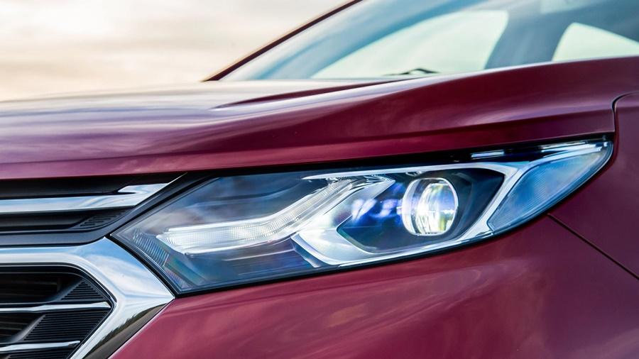 Faróis full lead inteligentes que ajustam a intensidade e a direção da luz automaticamente