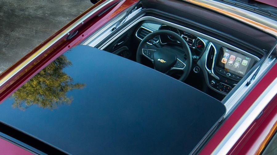 O Chevrolet Equinox possui teto solar elétrico panorâmico