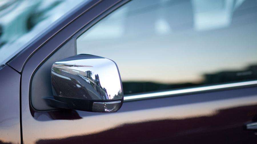 Espelhos retrovisores externos com rebatimento elétrico.