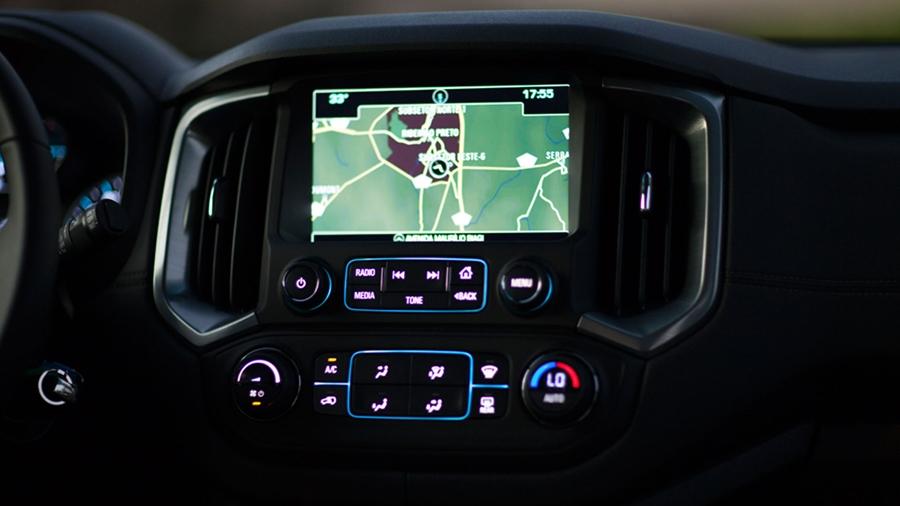Computador de bordo com tela sensível ao toque.