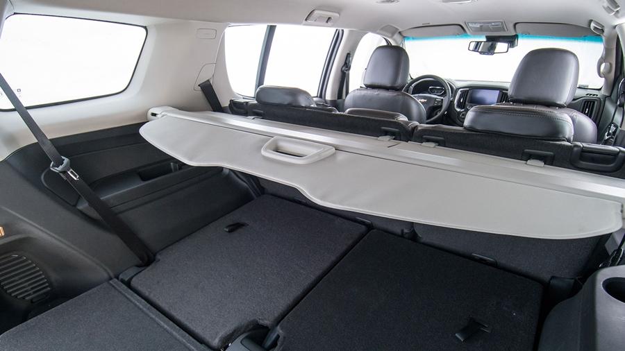 Bancos traseiros rebatíveis garantem mais espaço para bagagem.