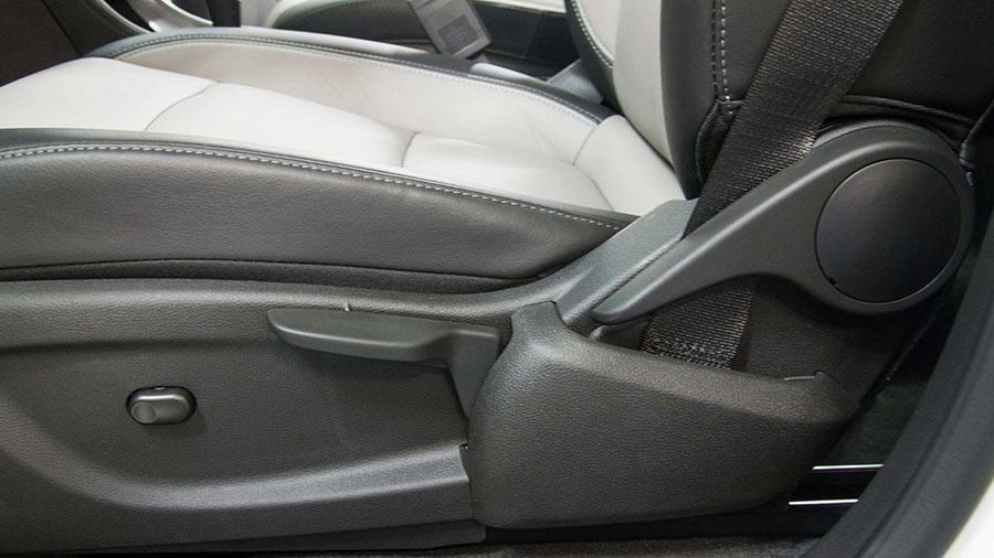 Regulagem de altura e profundidade no banco do motorista, sempre na melhor posição para dirigir.