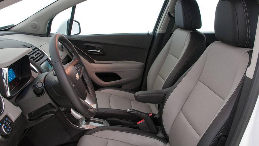 Bancos em couro sintético bicolor e descansa-braço central para o motorista.
