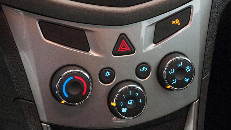Sofisticação no interior do Novo Tracker com acabamentos cromados nos botões