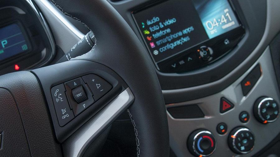 No novo Tracker a tecnologia serve para facilitar sua vida: controle do sistema Chevrolet MyLink sem tirar as mãos do volante.