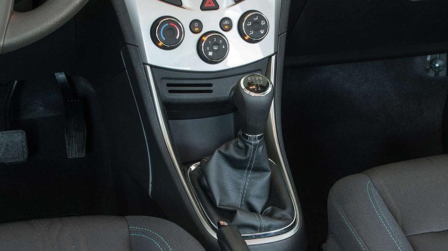 Na versão Freeride, o Tracker conta com uma compacta transmissão manual de cinco velocidades que permite a troca com baixo esforço e uma condução mais esportiva.